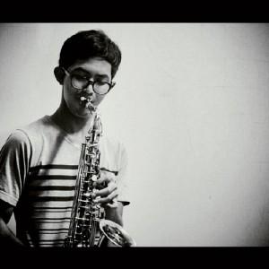 karisma pemain saxophone Kelas Musik - kursus musik bandung
