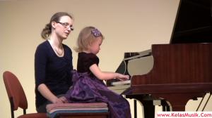 pianis cilik main chord piano - kelas musik